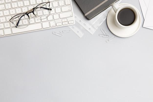 Composición moderna del lugar de trabajo sobre fondo gris con espacio de copia Foto gratis