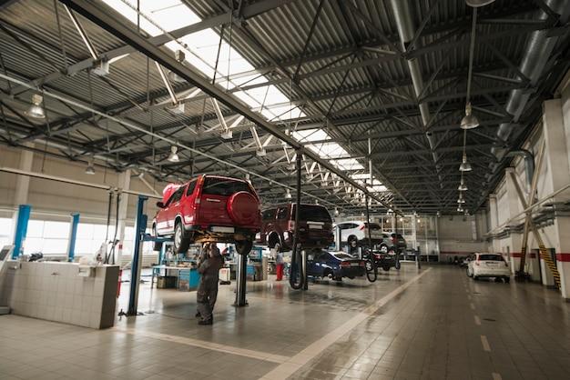 Composición moderna de mecánico de automóviles Foto Premium