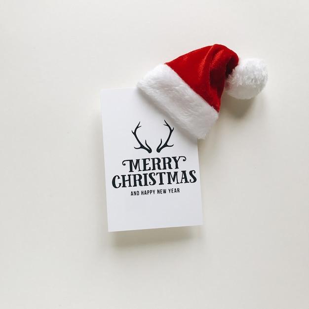 Composición de navidad postales y gorro de santa Foto Premium