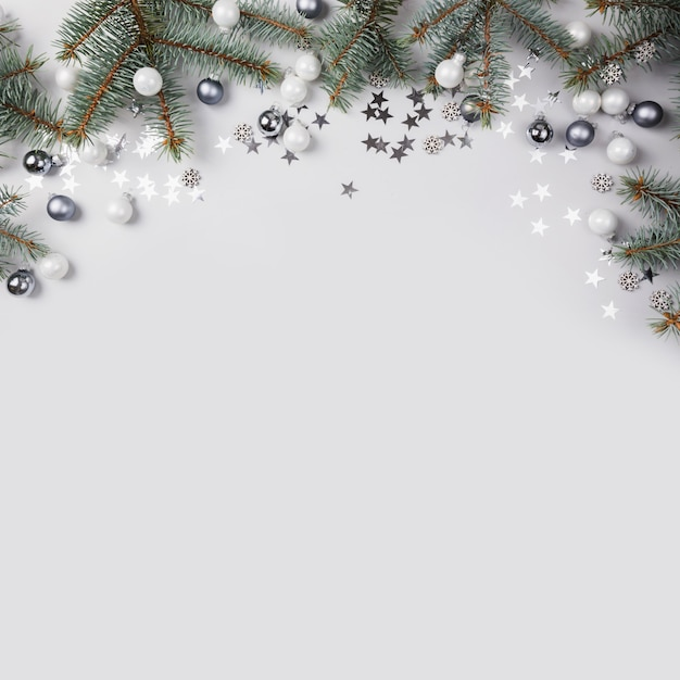 Composición de navidad con ramas de abeto, bolas de plata en gris. merry xmas card. vacaciones de invierno. . Foto Premium