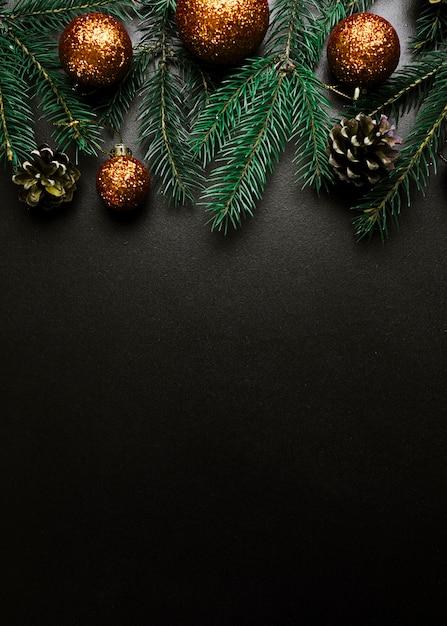Composición de navidad de ramas de abeto verde con adornos de oro Foto gratis
