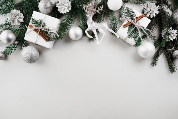Composición de navidad de ramas de abeto verde con adornos de plata Foto gratis