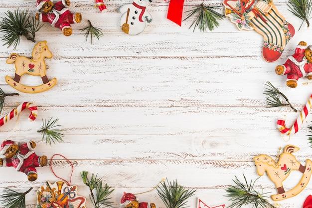 Composición navideña de pequeños juguetes con ramas. Foto gratis