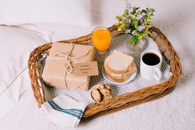 Composición de objetos de desayuno para el día del padre Foto gratis