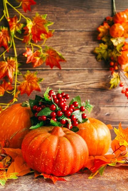 Composición de otoño con calabazas en mesa Foto gratis