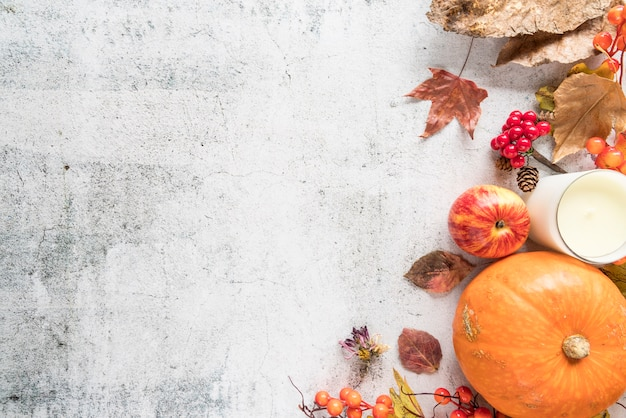 Composición de otoño con hojas en superficie ligera. Foto gratis