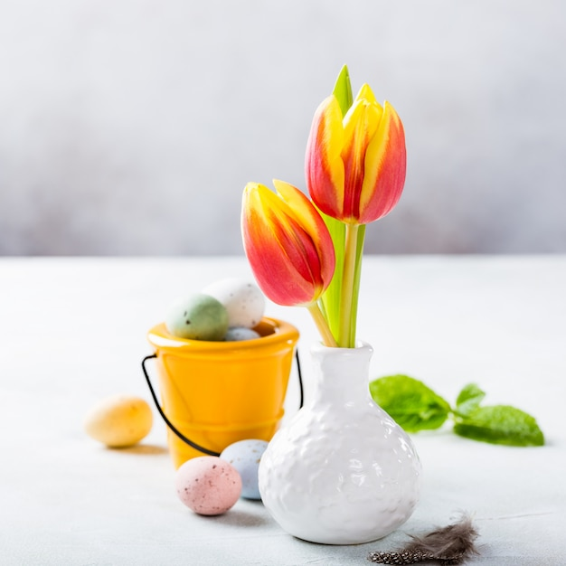 Composición de pascua con tulipanes de primavera Foto Premium