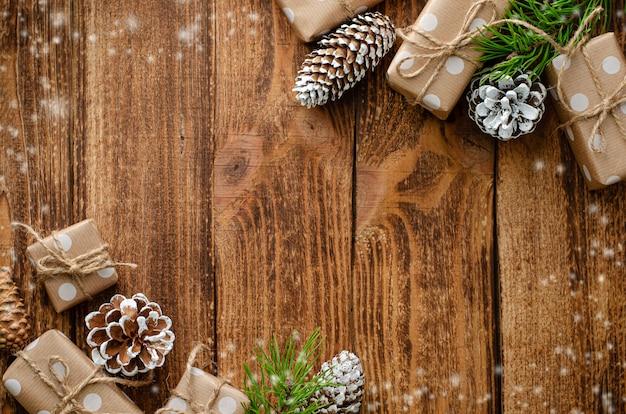 Composición plana de navidad sobre fondo de madera Foto Premium