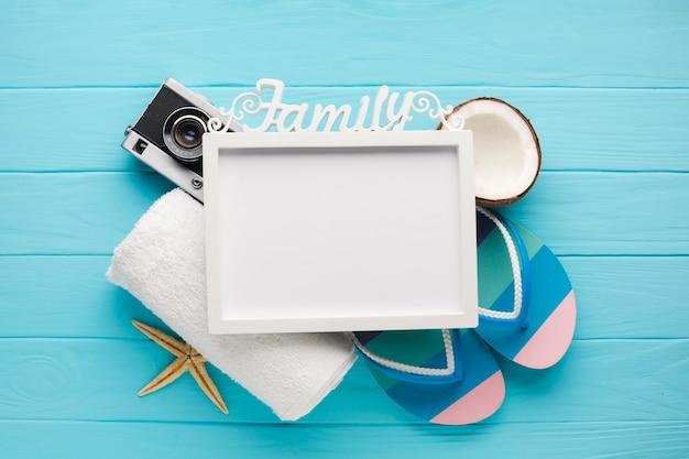 Composición plana de vacaciones con marco de fotos. Foto gratis
