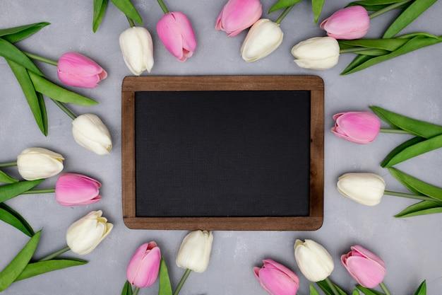 Composición de primavera con tulipanes en gris texturizado Foto gratis