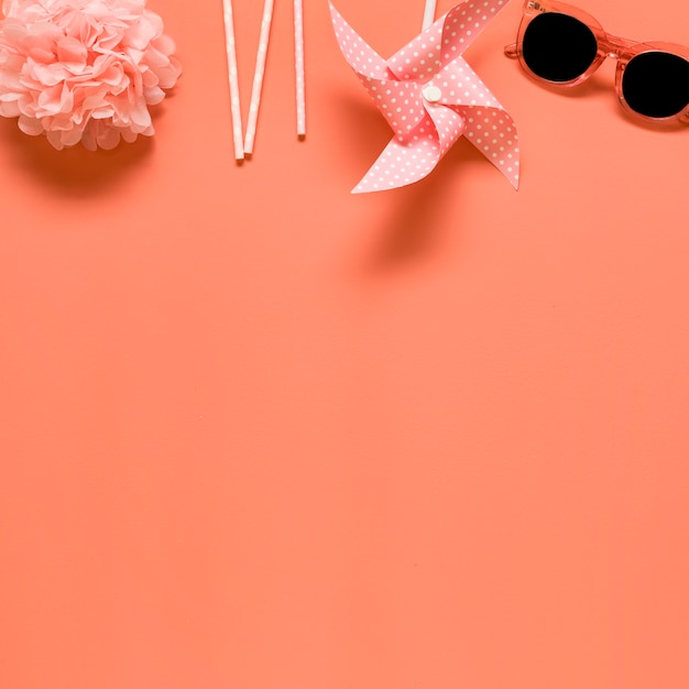 Composición del resto sobre fondo rosa Foto gratis