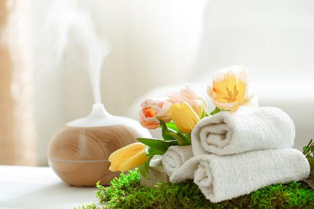 Composición de spa con aromaterapia y artículos para el cuidado del cuerpo. Foto gratis