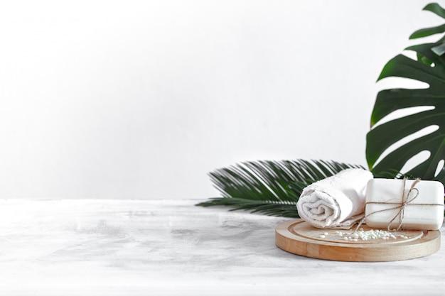 Composición de spa con artículos de cuidado corporal a la luz. Foto gratis