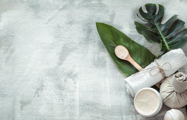 Composición de spa con artículos para el cuidado del cuerpo en una pared clara. Foto gratis