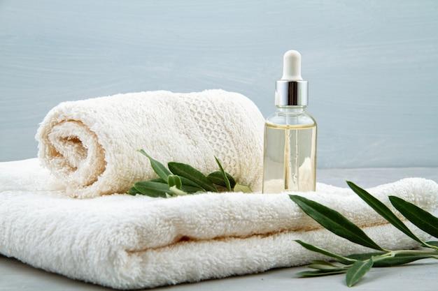 Composición de spa y bienestar con suero, toallas y productos de belleza. Foto Premium