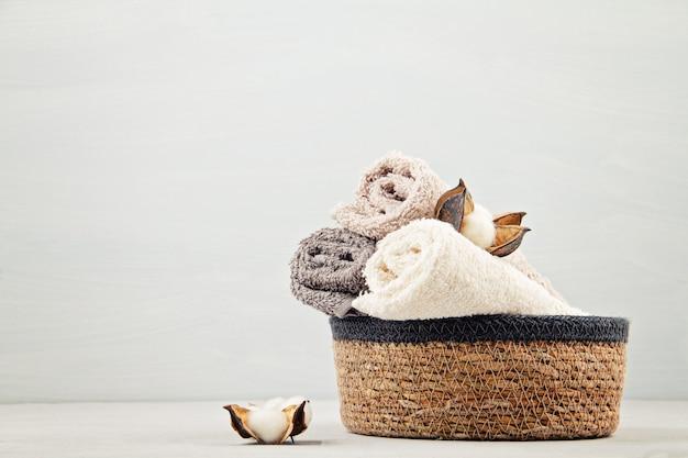 Composición de spa y bienestar con toallas y productos de belleza. centro de bienestar, hotel, cuidado corporal Foto Premium