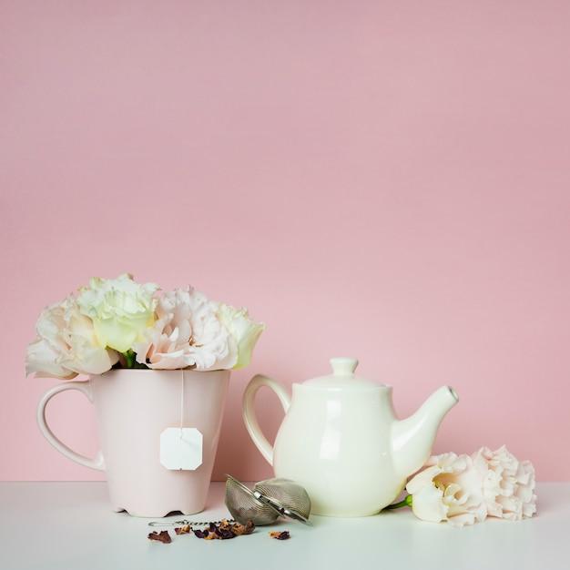 Composición de té y flores. Foto gratis