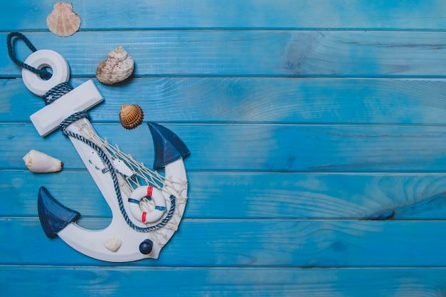 Composición veraniega con ancla, conchas marinas y espacio en blanco Foto gratis