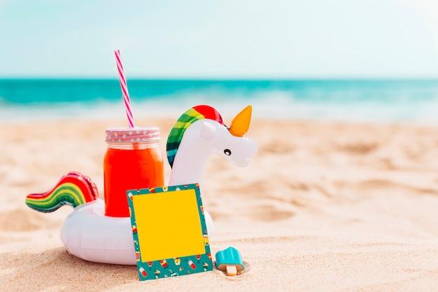 Composición de verano con inflable unicornio. Foto gratis
