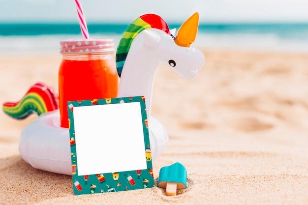 Composición de verano para maqueta con unicornio. Foto gratis
