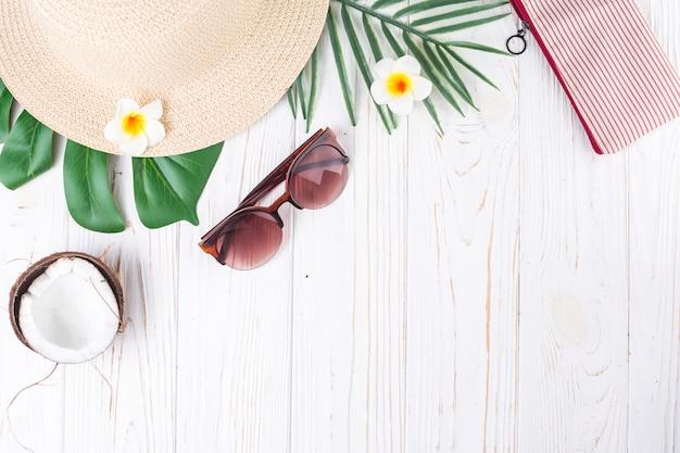 Composición de viajes exóticos accesorios de verano. Foto gratis