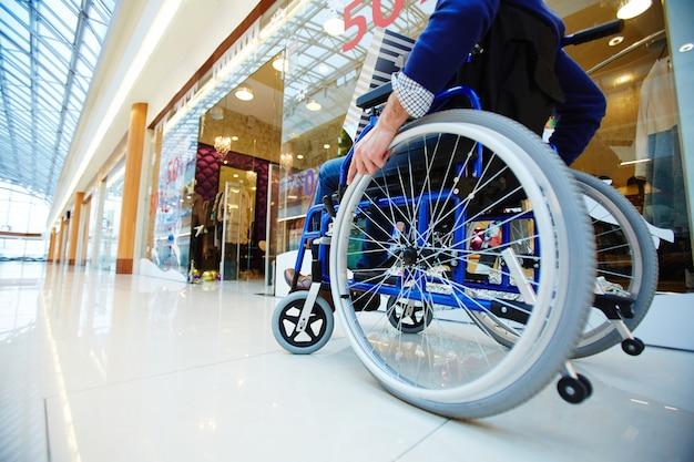 Comprador en silla de ruedas Foto gratis