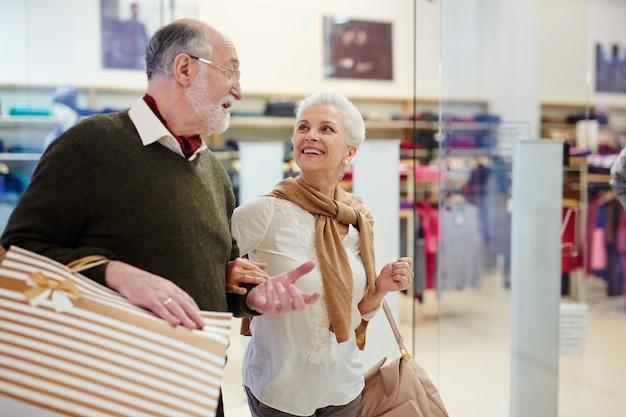 Compradores de edad avanzada Foto gratis