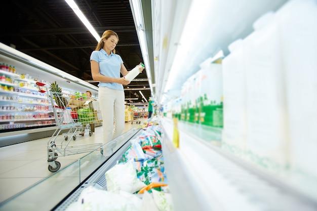 Comprando productos lácteos Foto gratis