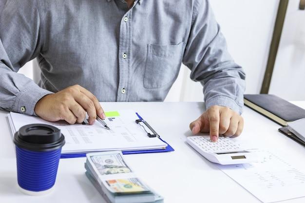 Comprobación de facturas de empresario. impuestos de saldo de cuenta bancaria y cálculo de estados financieros anuales de la empresa. concepto de auditoría contable. Foto Premium