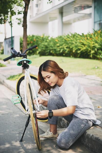 Comprobando bicicleta Foto gratis