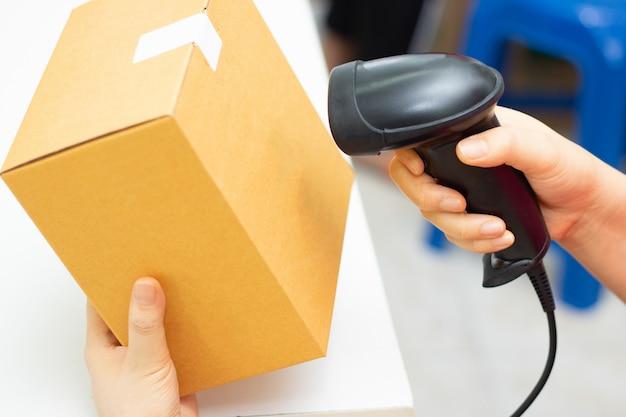 Comprobar stock almacén de código de barras caja de almacén Foto Premium