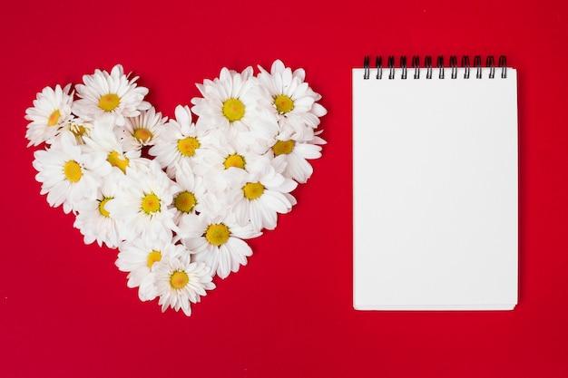 Compuesto En Forma De Corazón Con Flores Y Bloc De Notas