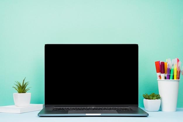 Computadora portátil simplista de la vista delantera en el escritorio Foto gratis