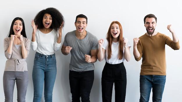 Comunidad de jóvenes animando Foto gratis
