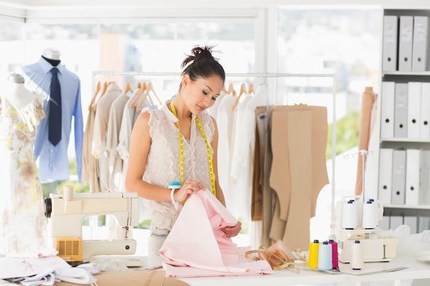Concentrado dise ador de moda femenina en el trabajo for Disenador de banos gratis