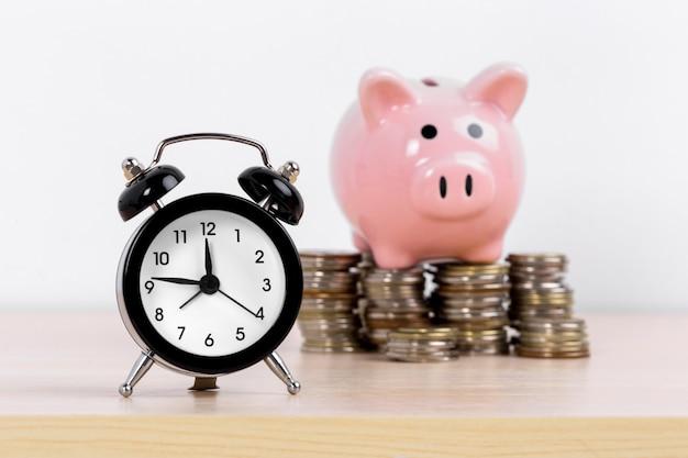 Concepto de acumulación de dinero. dinero y hucha Foto Premium