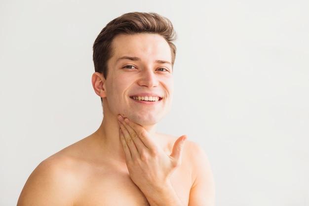 Concepto de afeitar con hombre atractivo joven Foto gratis