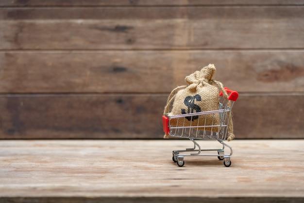 Concepto de ahorro de dinero de la recolección de monedas (dinero tailandés) en un carrito de compras Foto Premium