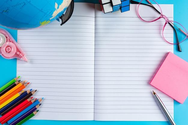 Concepto de alfabetización del día internacional con herramientas de aprendizaje Foto gratis