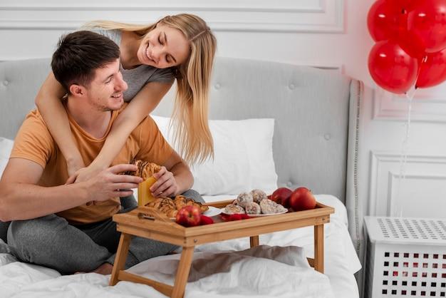 Concepto de amor con desayuno en la cama Foto gratis