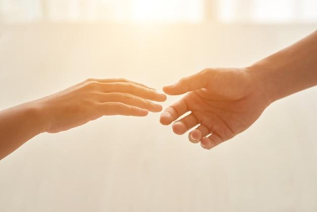 Concepto de amor representado por manos extendidas entre sí Foto gratis