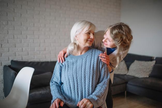 Concepto de asilo de ancianos con enfermera cariñosa Foto gratis