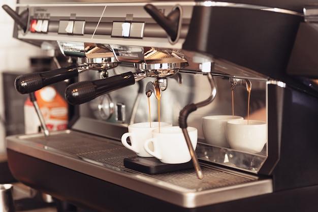 Concepto de barista, cafetería, preparación de café, preparación y servicio. Foto gratis