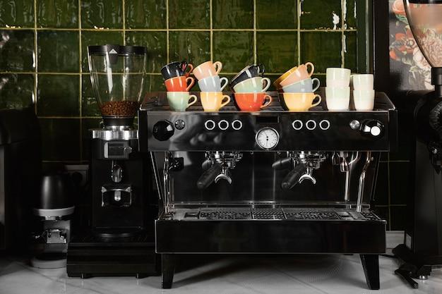 Concepto de cafetería con tazas Foto gratis