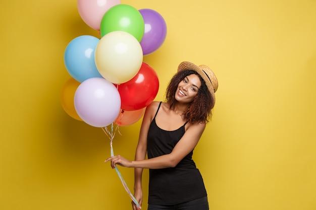 10d8c09676e0 Concepto celebración - close up retrato feliz joven hermosa mujer ...
