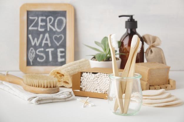 Concepto de cero residuos. accesorios de baño ecológicos, copyspace Foto Premium