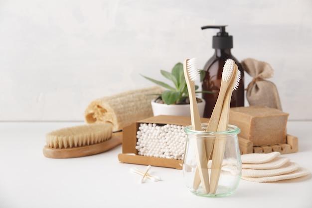 Concepto de cero residuos. accesorios de baño ecológicos Foto Premium
