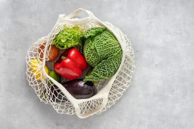 Concepto de cero residuos. verduras en una bolsa de red Foto Premium