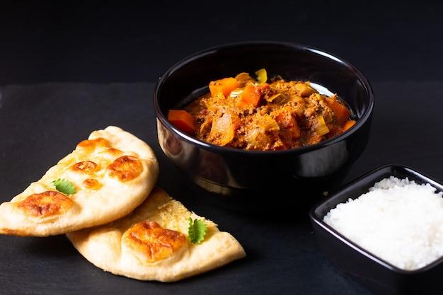 Concepto de comida oriental carne picada picada o picada al curry masala con pan y arroz naan Foto Premium