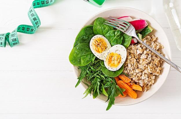 Concepto de comida sana y estilo de vida deportivo. almuerzo vegetariano desayuno saludable. nutrición apropiada. vista superior. endecha plana. Foto gratis